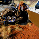 Próba ściągania opony z felgi - Canning Stock Route - Australia Zachodnia